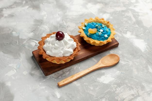 軽い机の上にクリームとケーキ、ケーキは甘いお茶のクリームを焼く