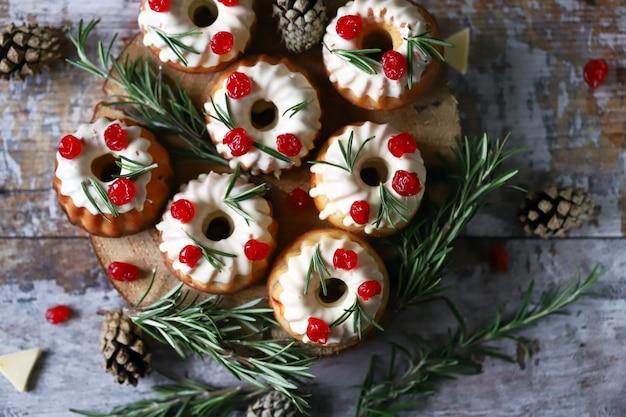 白いアイシング、赤い果実、ローズマリーのケーキ。