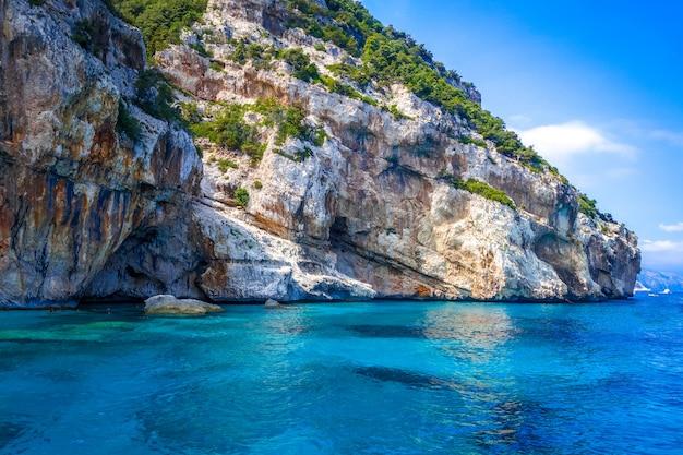 Пляж кала мариолу в поле для гольфа орозеи, сардиния, италия