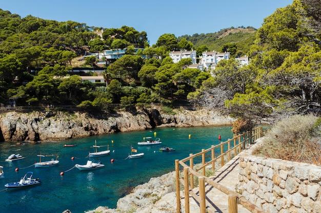スペイン、カタルーニャ州ジローナ県のベガー海岸(cala sa tuna)のパノラマ。休日の旅行先