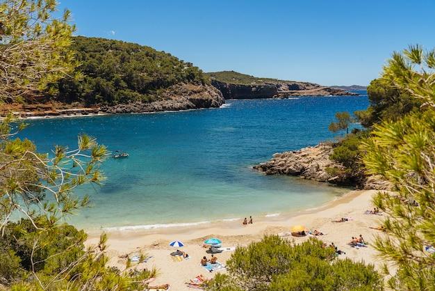 イビサ島、スペインのカラサラデータターコイズブルーと透明なビーチ