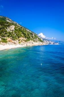 Пляж кала сизине в поле для гольфа орозеи, сардиния, италия