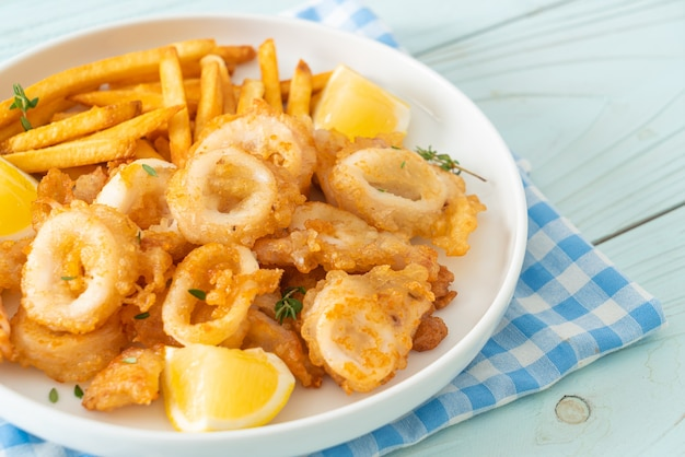 Кальмары - жареные кальмары или осьминоги с картофелем фри