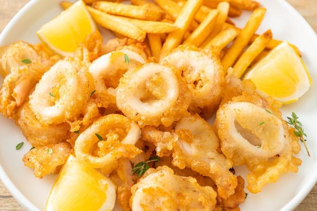 Calamari-揚げイカまたはタコとフライドポテト