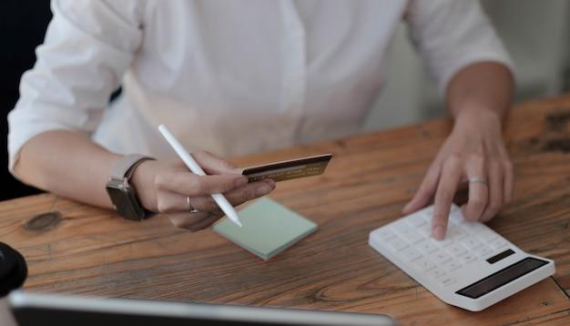 クレジットカードの費用や支出を計算する