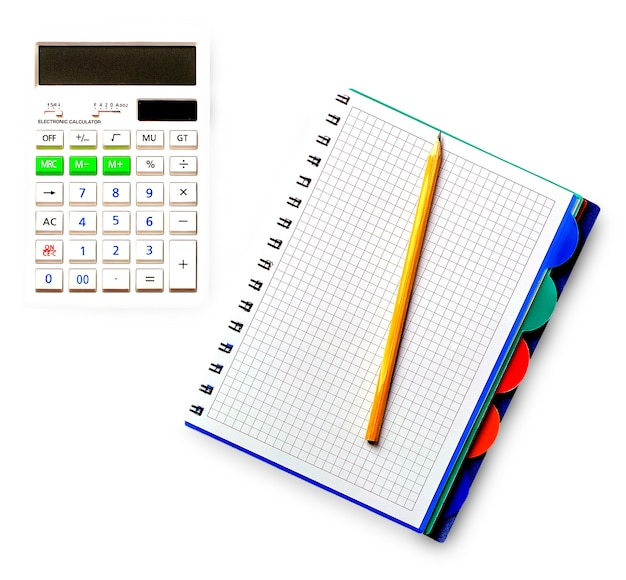 Рассчитать с тетрадью и карандашом на деревянном столе