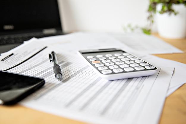 Расчет налогов и прибыли в офисе. концептуальный бизнес