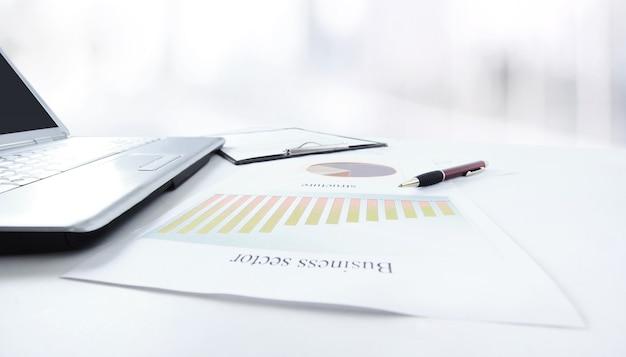 계산기 및 비즈니스 배경에서 테이블에 마케팅 계획.
