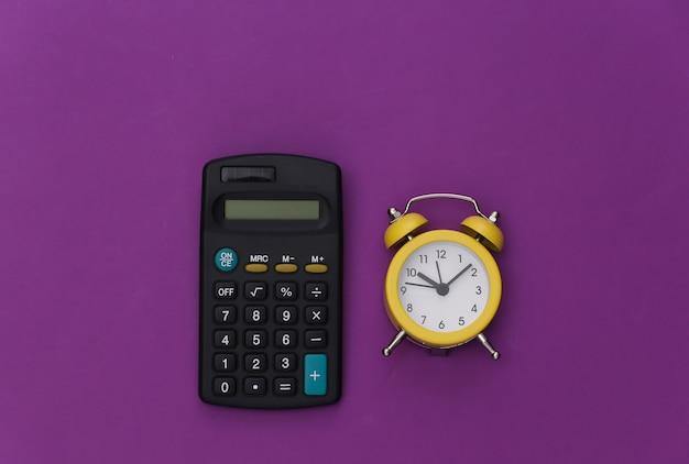 보라색 바탕에 계산기와 알람 시계입니다.