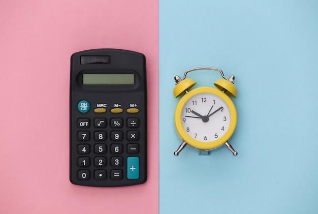 핑크 블루 파스텔 배경에 계산기와 알람 시계.