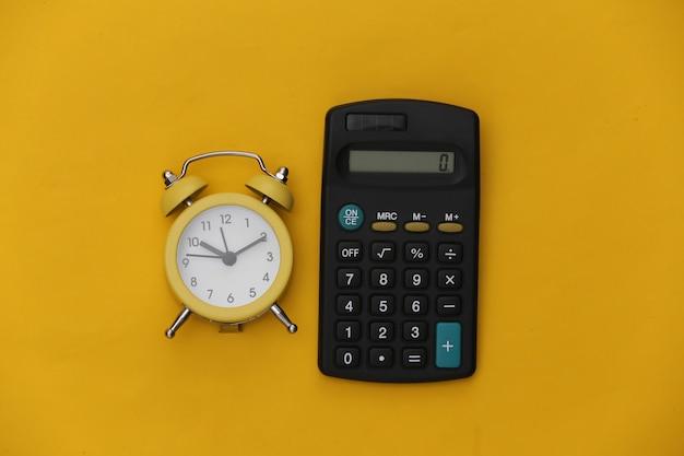 노란색 바탕에 계산기와 알람 시계입니다.