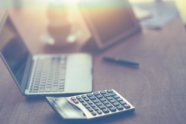 사무실의 업무용 책상에 있는 계산기와 노트북