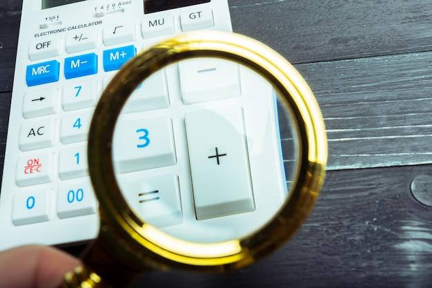 Калькулятор и увеличительное стекло