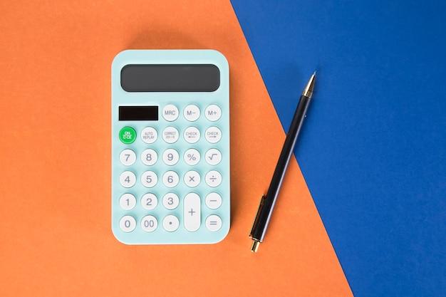 色とりどりのテーブルに電卓とペン