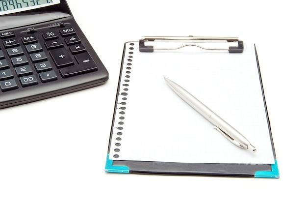 계산기와 펜 흰색 배경