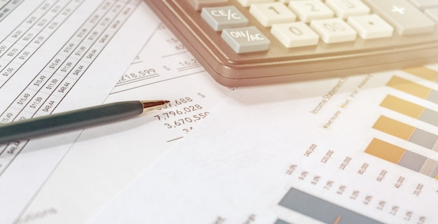Калькулятор и ручка на финансовом документе, финансовая концепция