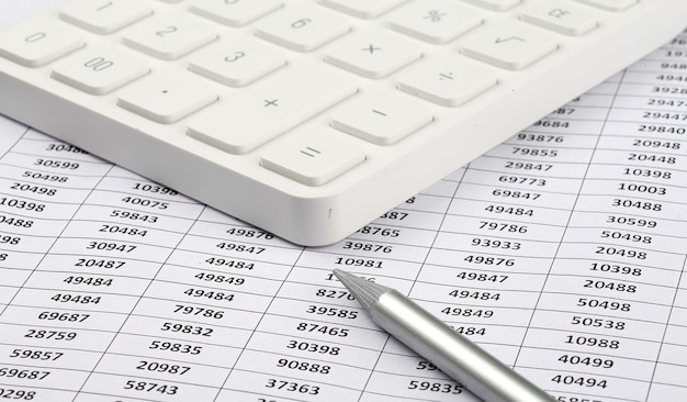 Калькулятор и ручка на фоне диаграммы. бизнес-концепция