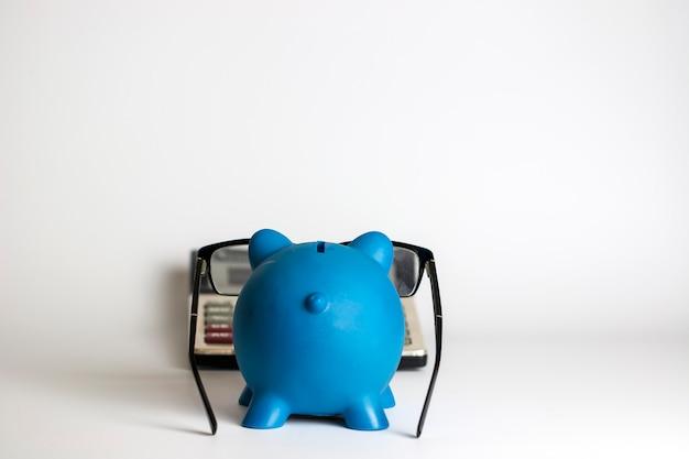 ユーロ紙幣を持つ電卓とピギーバンク