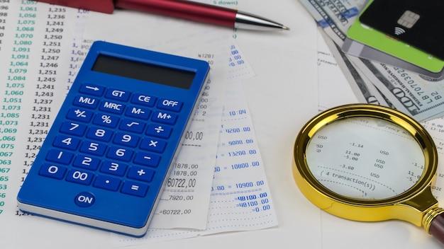 Калькулятор и доллары сша поверх квитанции в супермаркете. концепция покупок и оплаты