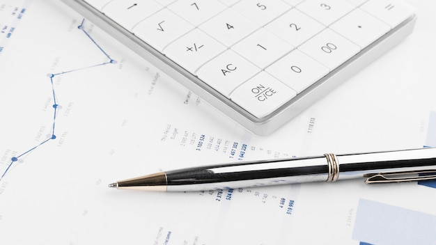 Калькулятор, диаграммы и электронные таблицы с графиками. финансы, бухгалтерский учет, статистика и бизнес-концепция.