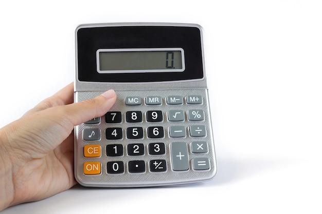 白い背景のクローズアップで手に電卓。財務、利益、ビジネス、お金、貯蓄、会計の概念