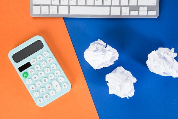 Калькулятор, клавиатура и пачки бумаг. расчет затрат