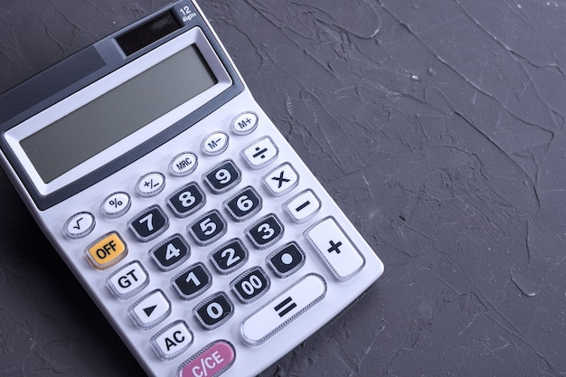 ベトンの床の背景に電卓のキーパッド。上面図。コピースペース