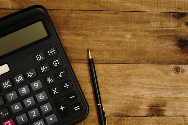 計算する準備ができているペンの横にある電卓