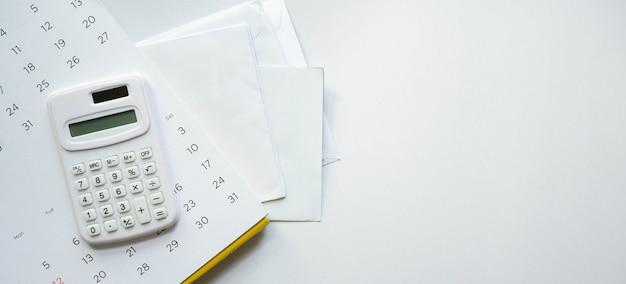 흰색 배경에 은행에서 송장 편지 메일 그룹 위에 달력에 계산기