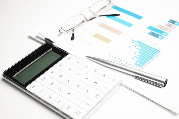 재무제표에 대한 계산기 및 감사인의 책상에 있는 대차대조표. 회계 및 감사 사업의 개념입니다.