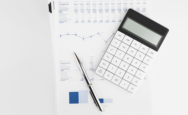 財務諸表の計算機と監査人の机の貸借対照表