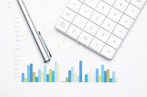 그래프 용지에 계산기입니다. 금융 개발, 은행 계좌, 통계, 투자 분석 연구 데이터 경제, 증권 거래소 거래, 비즈니스 회사 개념.