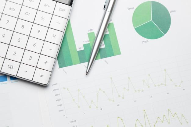 方眼紙の電卓。金融開発、銀行口座、統計、投資分析研究データ経済、証券取引所取引、事業会社のコンセプト。