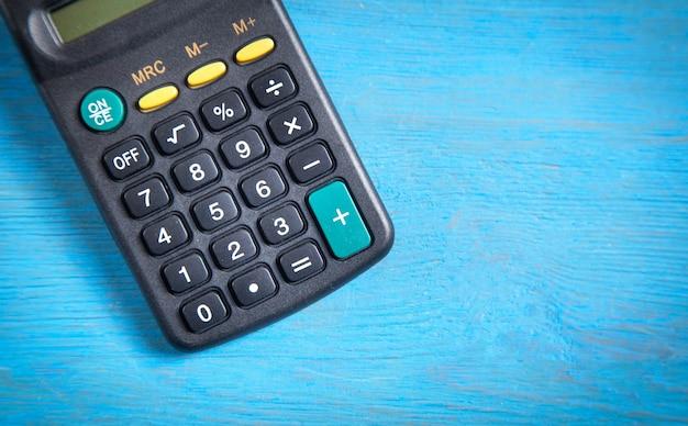 青色の背景に電卓。