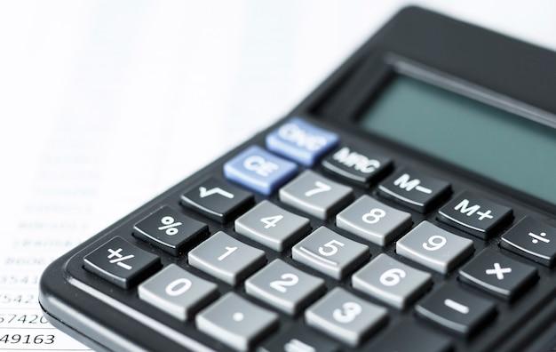 숫자와 흰 종이에 계산기입니다. 비즈니스 및 재무 회계 개념.