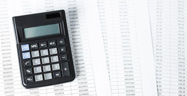 Калькулятор на белой бумаге с числами. концепция бухгалтерского учета бизнеса и финансов.