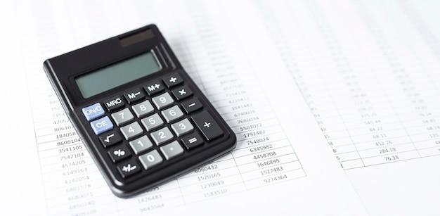 Калькулятор на белой бумаге с числами
