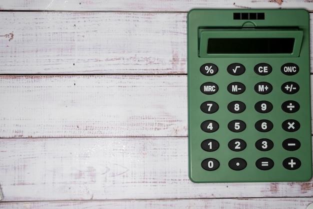 木の板上の電卓