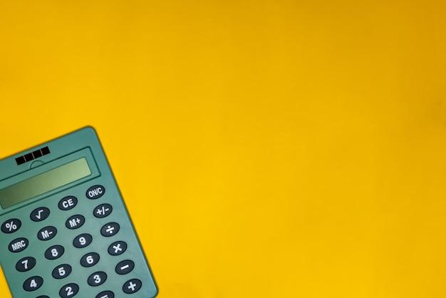 黄色の表面上の電卓