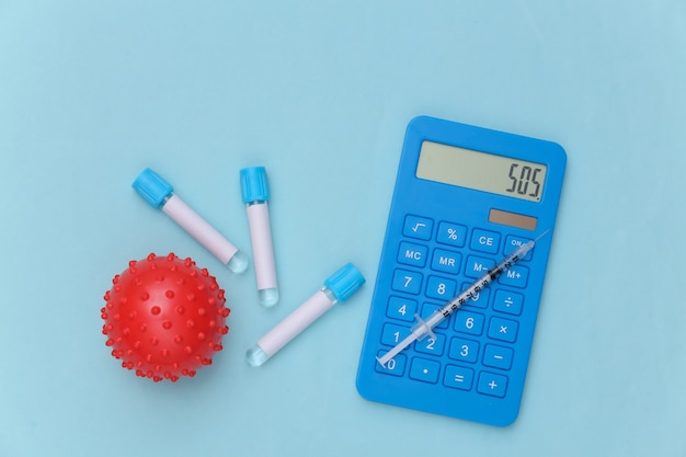 계산기, 바이러스 변형 모델, 파란색 배경에 주사기가 있는 의료 테스트 튜브. 백신 접종. 평면도