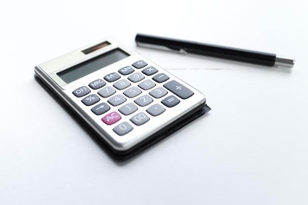 Калькулятор с ручкой и бумажной запиской со словом долга, изолированным на белом