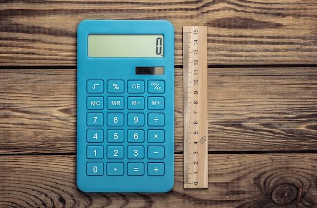 木製の定規と電卓