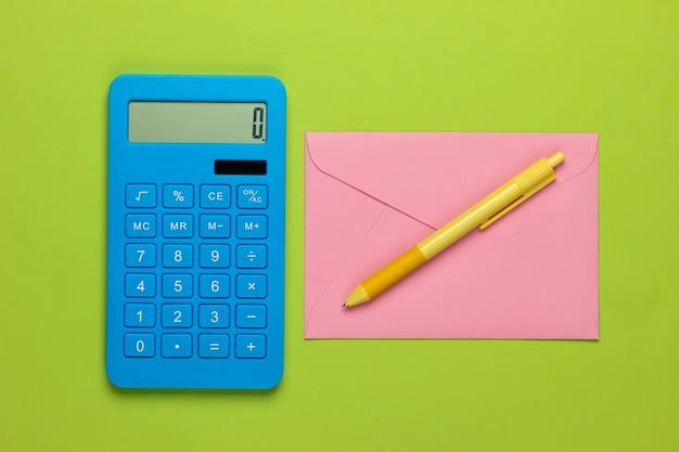 Калькулятор с конвертом на зеленом