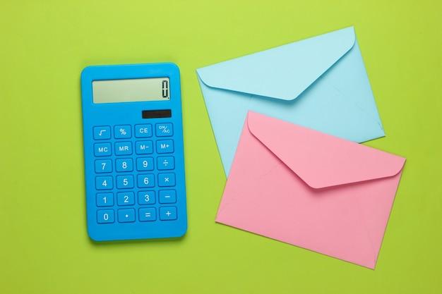 Калькулятор с конвертами на зеленом