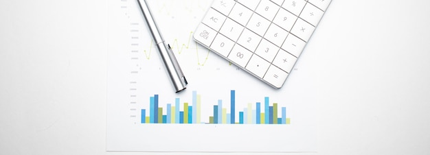 금융 데이터에 펜으로 계산기입니다. 비즈니스 및 금융 연구 개념입니다.