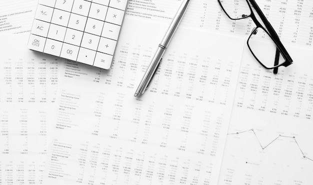재무 데이터에 펜으로 계산기입니다. 비즈니스 및 금융 연구의 개념.