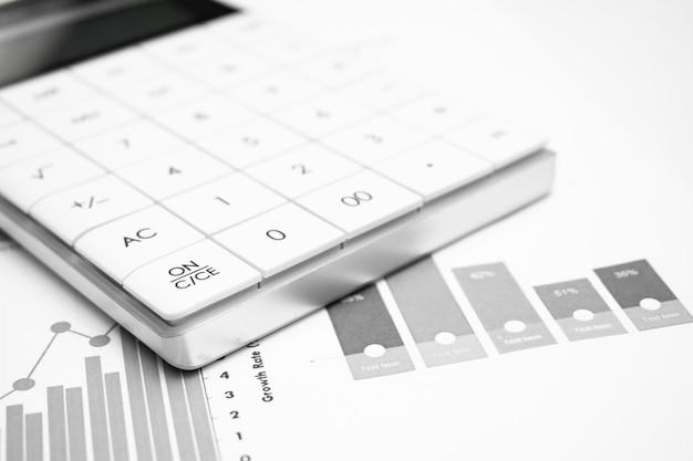 주식 시장 분석에 펜으로 계산기입니다. 비즈니스, 재무 및 감사 연구의 개념입니다.