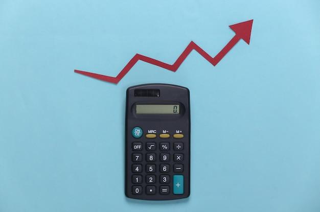 파란색에 빨간색 성장 화살표가있는 계산기. 올라가는 화살표 그래프. 경제 성장