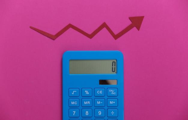 분홍색에 빨간 성장 화살표가있는 계산기. 올라가는 화살표 그래프. 경제 성장