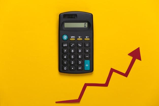 노란색에 빨간색 성장 화살표가있는 계산기. 올라가는 화살표 그래프. 경제 성장
